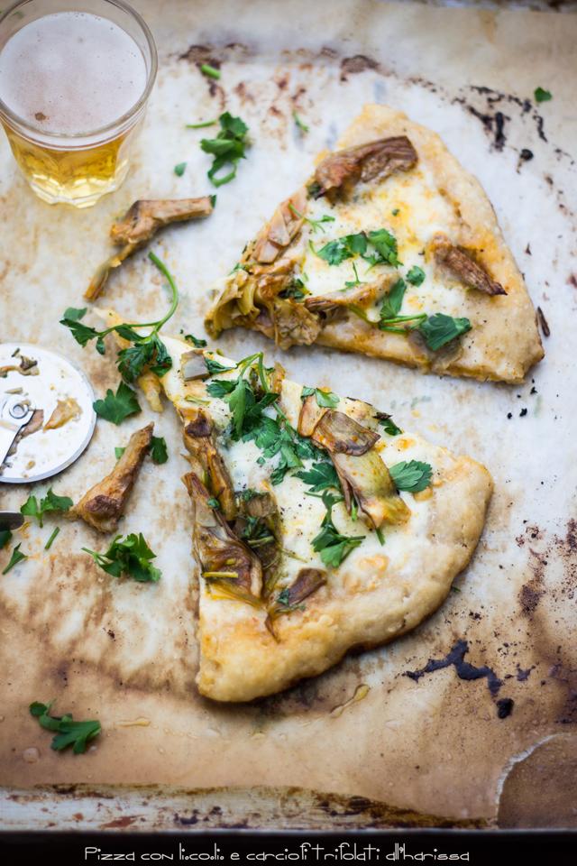 Pizza con carciofi trifolati all'harissa, una birra e lo 'sceriffo'