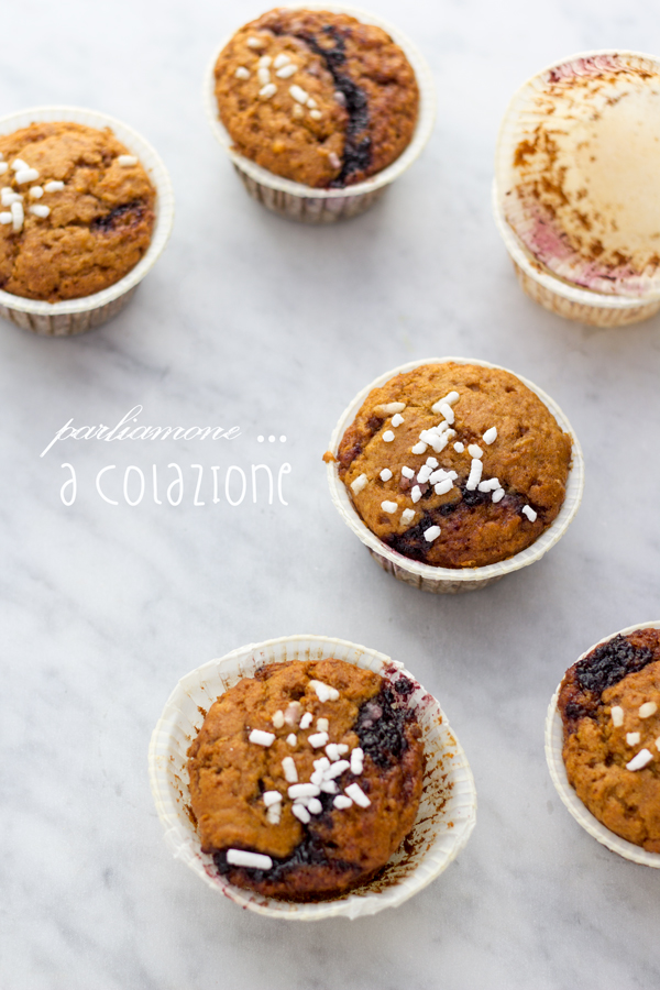Muffin integrali, yogurt e marmellata di more
