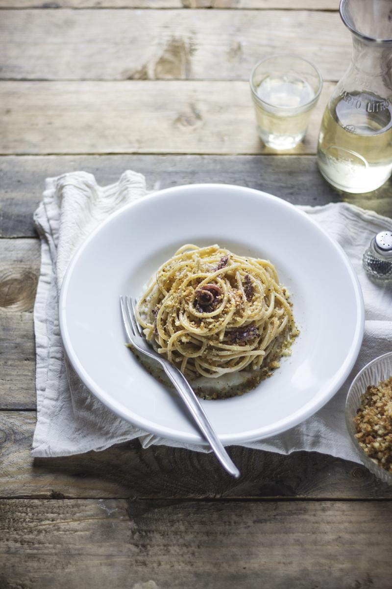 Spaghetti aglio e olio acciughe e crema di cavolo